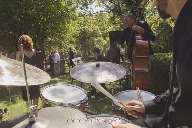 banda de jazz tocando-Fotografías de boda