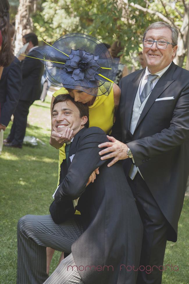 novio con padres novia y la madre le besa-Fotografías de boda
