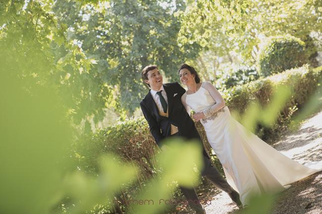 novios paseando y sonriendo-Fotografías de boda