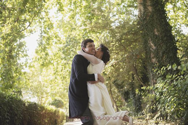 novios abrazados novia levanta un pie-Fotografías de boda