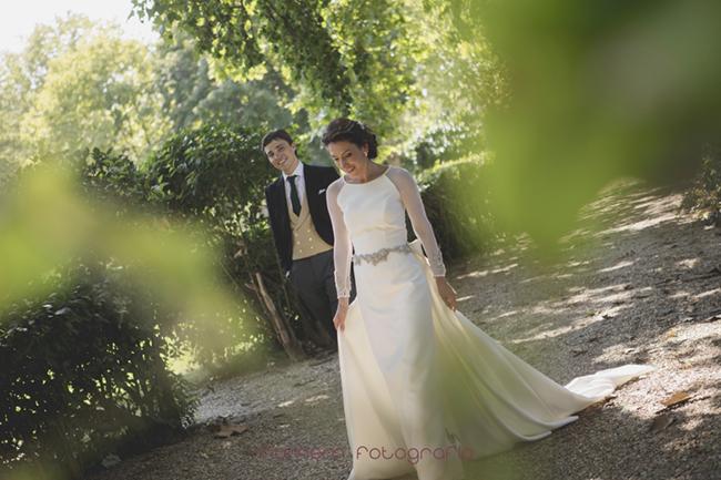 novia andando y novio le mira-Fotografías de boda