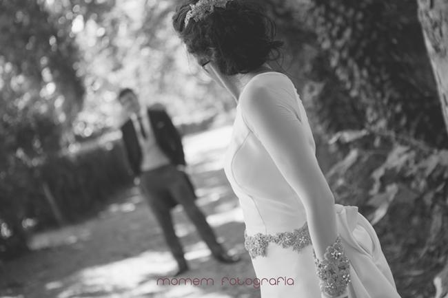 detalle perfil novia mirando novio-Fotografías de boda