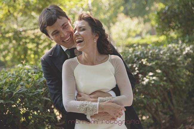 novios abrazados sonriendo-Fotografías de boda