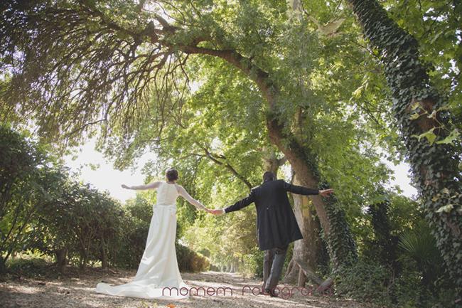 novios de espaldas de la mano jugando-Fotografías de boda