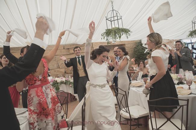 novios entrando salón todos levantando servilletas-Fotografías de boda