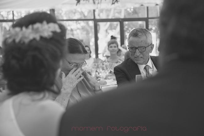 madrina emocionada en la mesa-Fotografías de boda