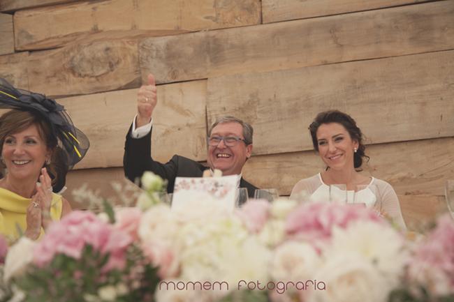 en la mesa novia con padres y padre levanta dedo en forma de ok-Fotografías de boda