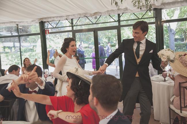 novios levantados van a entregar ramos-Fotografías de boda