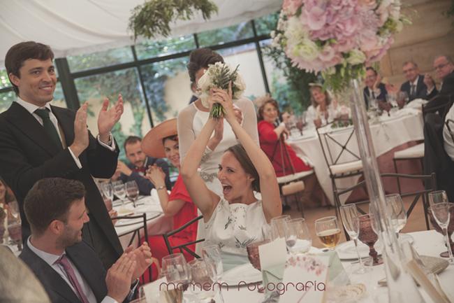 amiga con ramos levantado que le han regalado-Fotografías de boda