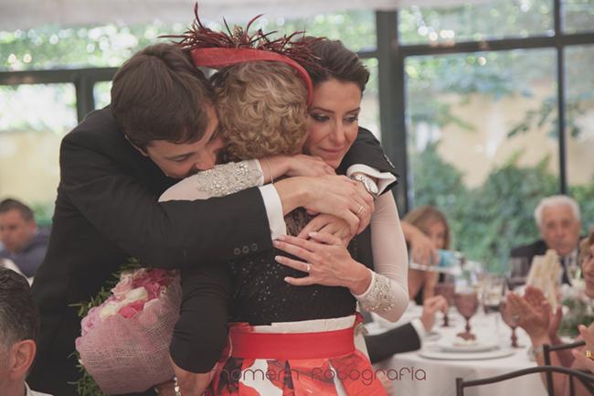 novios y abuela abrazados emocionados tras entrega de ramo-Fotografías de boda