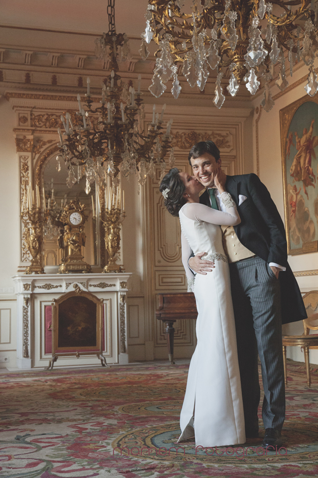novios en salón de baile palacio-Fotografías de boda