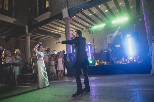 novios bailando divertidos-Fotografías de boda