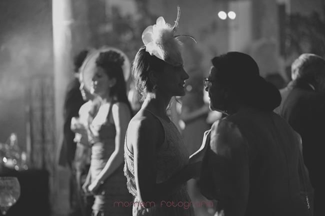 contraluz invitados en baile-Fotografías de boda