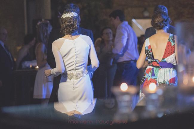 novia bailando de espaldas con reflejo en una mesa-Fotografías de boda