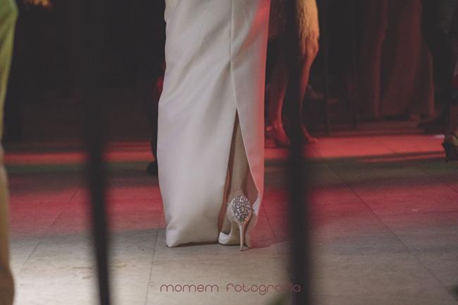 detalle por detrás zapato novia bailando-Fotografías de boda