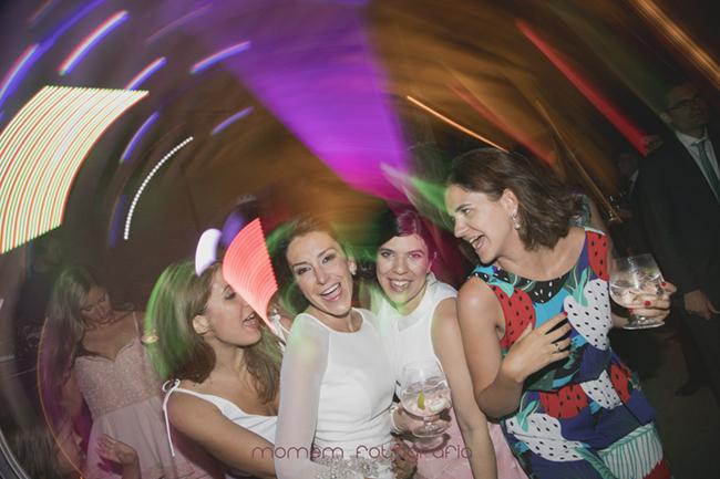 novia bailando con amigas-Fotografías de boda
