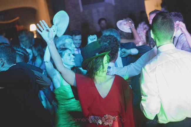 invitados boda bailando-Fotografías de boda