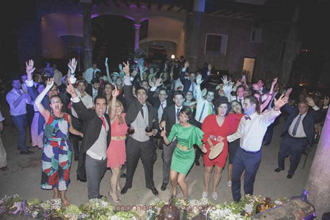 foto de todos los invitados bailando-Fotografías de boda