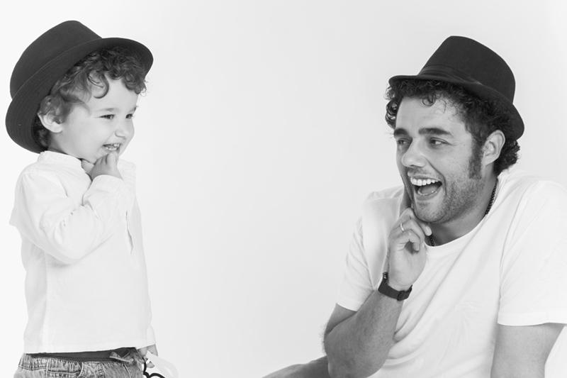 padre-y-niño-con-sombrero-fondo-blanco