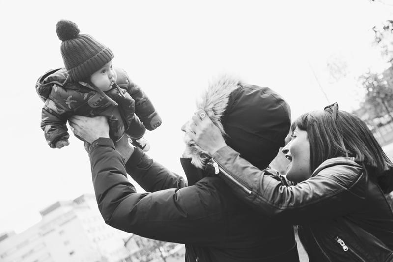 padres-cogen-en-brazos-niño