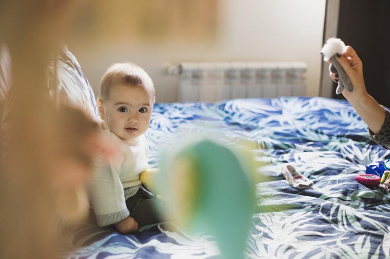 Fotos de Bebe sentado en la cama de Momem Fotografia