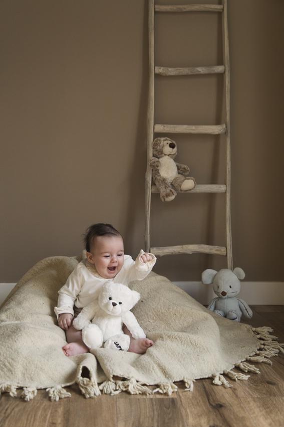 Niño sentado con osos de Momem Fotografia