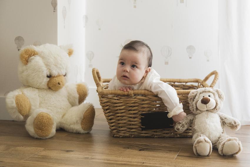 bebe en cesta con muñecos de Momem Fotografia